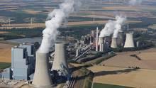 Das RWE-Braunkohlekraftwerk Neurath I und II in Grevenbroich