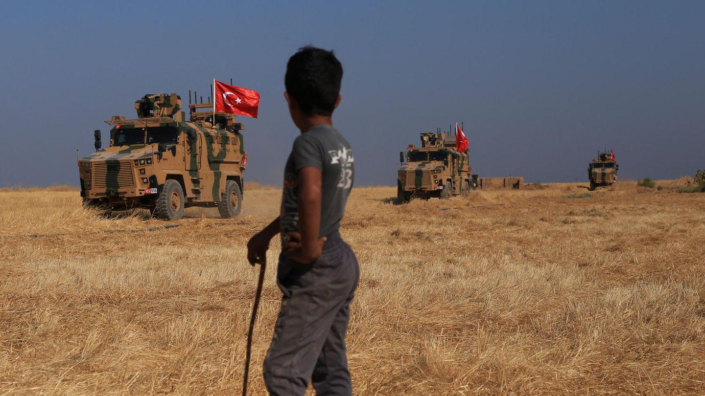 """Türkische gepanzerte Fahrzeuge patrouillieren in der sogenannten """"Sicherheitszone""""auf der syrischen Seite der Grenze zur Türkei"""