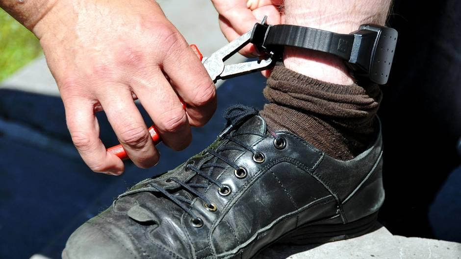 Die elektronische Fußfessel sollte W. überwachen (Symbolbild)