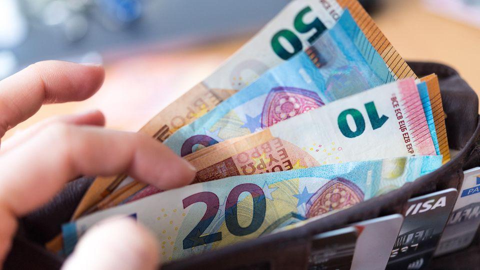 Eine Geldbörse mit Geldscheinen