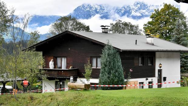 Kriminalbeamte und Spurensicherung am Tatort, einem schmucken Haus im Nobel-Skiort Kitzbühel