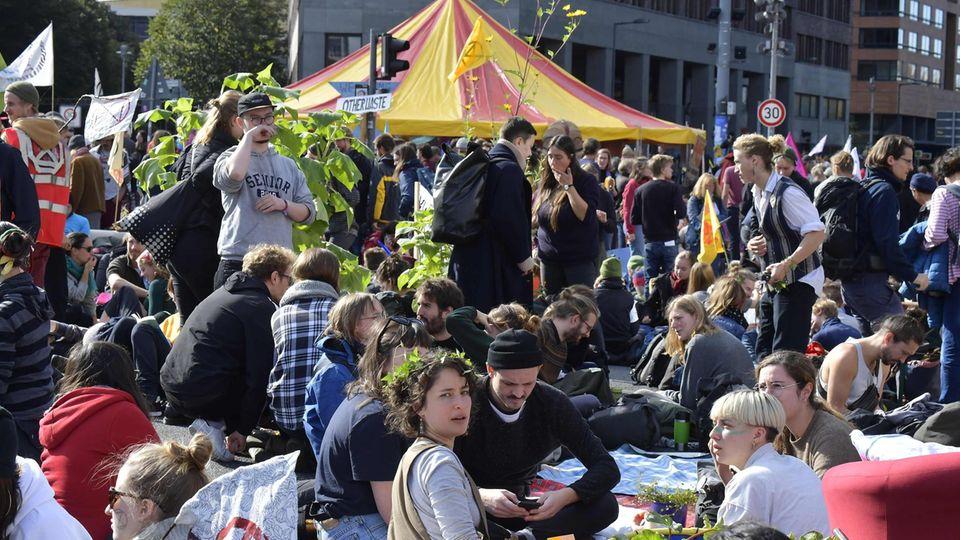 Aktivisten von Extinction Rebellion bei einer Sitzblockade mitten in Berlin