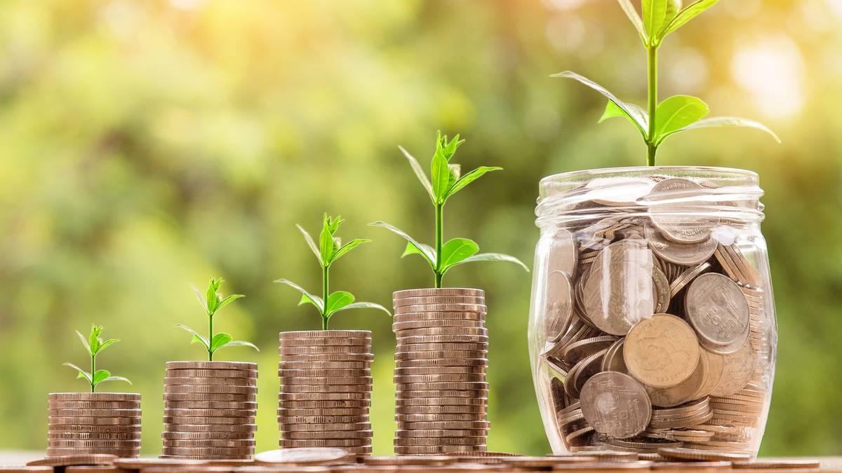 Sparen oder Investieren?: Finanzexperte erklärt: So sparen Sie am schlausten – und so viel Geld ist den Deutschen schon verloren gegangen