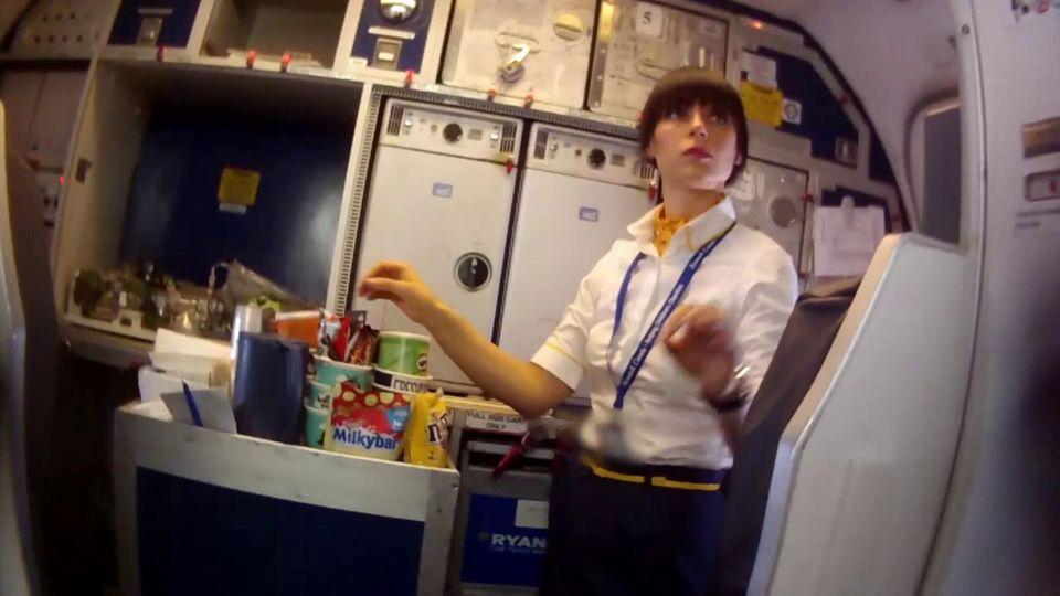 """Die Reporterin Alicia vom Team Wallraff arbeitet undercover bei der Airline Ryanair. Der TV-Beitrag kann bei """"TVNow"""" angesehen werden."""