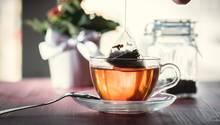 Mikroplastik in Tee: Ein Teebeutel wird aus einem Glas mit Tee genommen