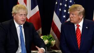 Boris Johnson und Donald Trump im Gespräch vor den Flaggen ihrer Länder