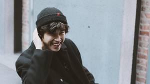 Ein lachender junger Mann