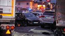 Der Lkw hatte bei dem Aufprall mehrere Autos ineinander geschoben