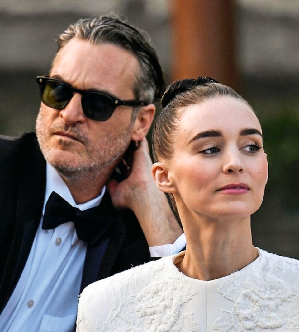 """Der Star und sein """"Drache"""": Joaquin Phoenix (l.) mit seiner Verlobten, Schauspielerin Rooney Mara"""