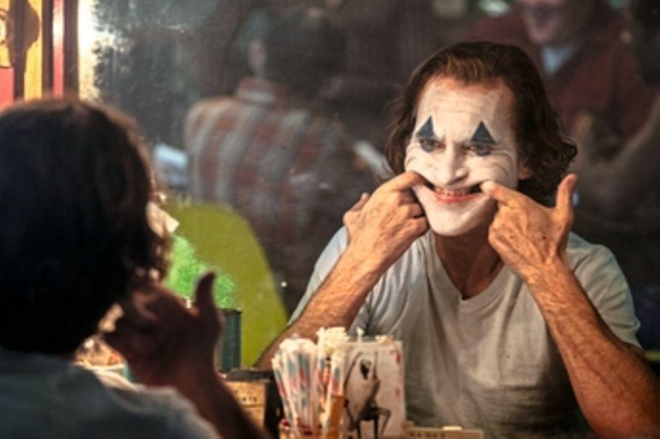 """Ja, es ist möglich: eine Comicverfilmung für Erwachsene. Verkleidet als Charakterstudie, kommt """"Joker""""den Abgründen seiner Titelfigur so nah, dass es wehtut. Das liegt an den grandiosen Schauspielleistungen von Joaquin Phoenix und Robert De Niro, aber auch an einem Drehbuch, daseindrucksvoll den Zeitgeist spiegelt.Ein Kinoereignis, erschütternd und relevant."""