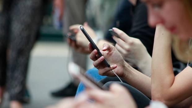 Wenn du nichtsahnend in der Bahn sitzt und plötzlich Penisfotos einer fremden Person auf deinem Bildschirm aufblitzen, nennt sich das Cyber Flashing