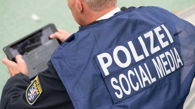 "Ein ""Social-Media-Polizist"" miteinem Tablet"