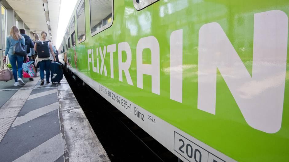 Flixtrain steht am Bahnsteig