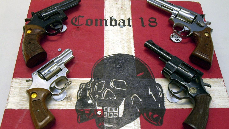 """Sichergestellte Waffen und ein Schild der kriminellen Neonazi-Gruppe """"Combat 18"""" (Archiv)"""