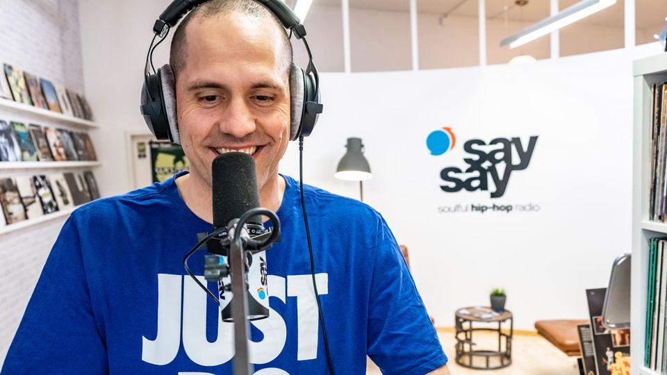 """Freddy Staudacher dort, wo er sich am wohlsten fühlt: Am Mikrofon bei """"SaySay"""""""