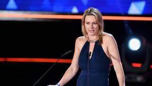 Die blonde Moderatorin Anja Reschke steht in schwarzem Abendkleid an einem Rednerpult und spricht in zwei Mikrofone