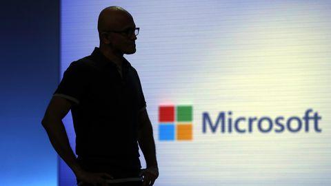 Microsoft-Chef Satya Nadella wartet bei der Microsoft Build auf das Ende eine Videoclips