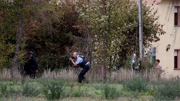 Einsatzkräfte der Polizei bei einem Einsatz im Bereich Landsberg. Auch hier fielen nach Polizeiangaben Schüsse
