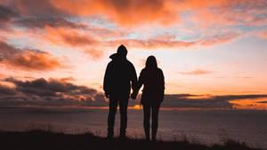 Ein Paar im Sonnenuntergang