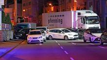 Ein Lastwagen ist im hessischen Limburg auf mehrere vor einer roten Ampel vor dem Landgericht stehende Fahrzeuge aufgefahren