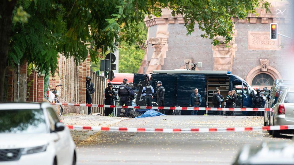 Polizei vor der Synagoge in Halle