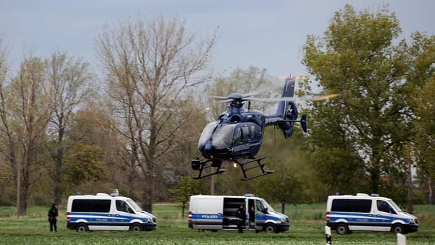 Einsatzkräfte der Polizei in Wiedersdorf. Vor einer dortigen Autowerkstatt hat einer der mutmaßlichen Täter einen Fluchtwagen erpresst