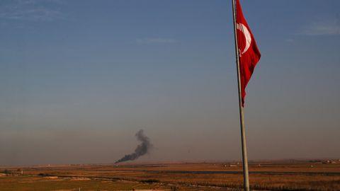 Rauch steigt bei einer Militäroffensive gegen kurdische Milizen in Nordsyrien auf