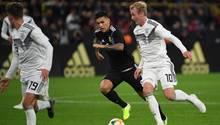 Julian Brandt (r.) aus der DFB-Elf kämpft mit Leandro Paredes aus Argentinien um den Ball
