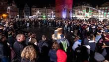 Sachsen, Halle: Trauernde stehen vor dem Roten Turm auf dem Marktplatz