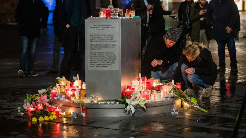 Menschen in Halle zünden Kerzen in Gedenken an die zwei Menschen, die beim Angriff auf eine Synagoge getötet wurden