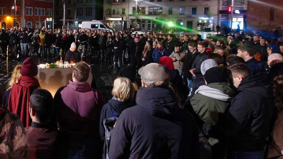 """Eine Stadt in Schock: """"Zutiefst traurig"""": Anwohner in Halle halten Mahnwache ab"""