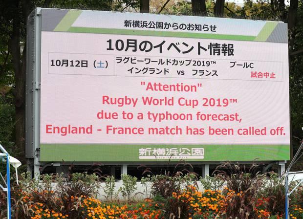 sport kompakt - Auf einer Infotafel wird die Spielabsage in Yokohama verkündet
