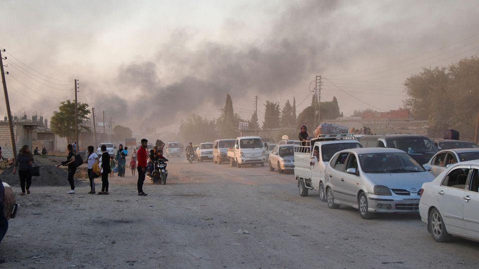 Syrische Zivilisten fliehen aus dem Ort Ras al Ayn in Nordostsyrien