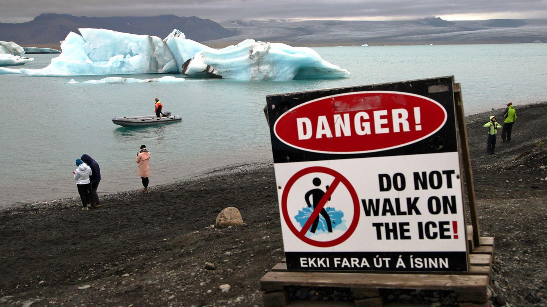 Im Süden Islands: Touristen machen an der Gletscherlagune Jökulsárlón Fotos vom See und den darin schwimmenden Eisbergen