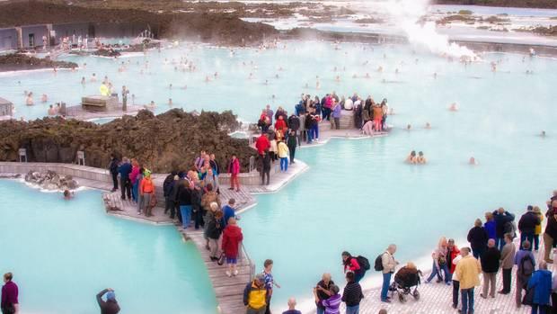 eine der beliebtesten Sehenswürdigkeiten Islands: die blaue Lagune, einThermalfreibad bei Grindavík auf der Reykjanes-Halbinsel