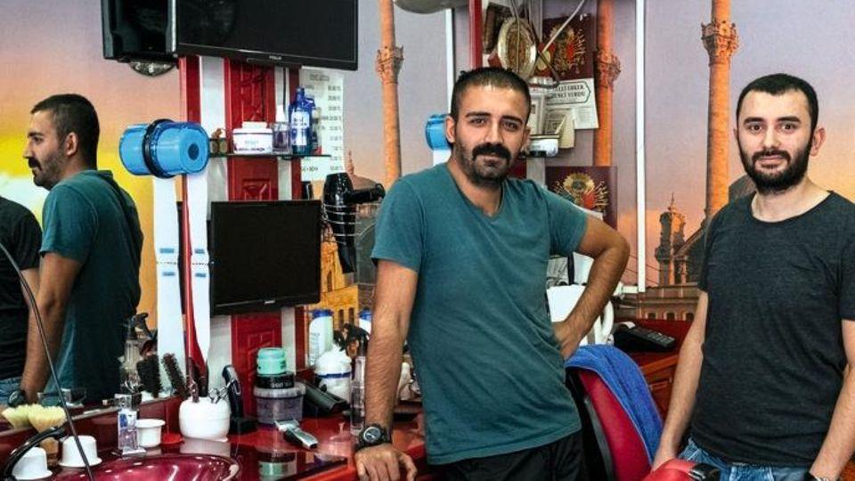 Şener Şeker (r.) mit seinem Freund