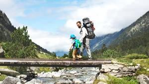 Viel Bewegung, frische Luft und gemeinsame Erlebnisse: Das Wandern mit Kindern macht Freude