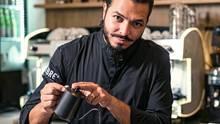 Corrado Celebre gießt frischgebrühten Kaffee in entsprechende Tassen