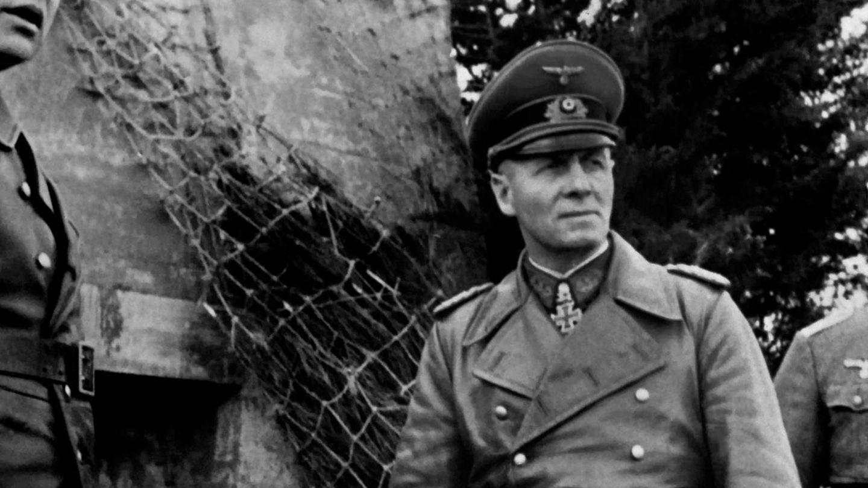 Dieses Foto entstand zwischen 1943 und 1944 und zeigt Generalfeldmarschall Erwin Rommel beim Inspizieren des Atlantikwalls.
