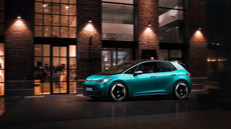 """Volkswagen  Angriff ist die beste Verteidigung: Nach dem Diesel-Gate prescht Volkswagen beim E-Antrieb von allen Herstellern wohl am konsequentesten nach vorn. Während andere Marken noch mehrgleisig fahren wollen, haben sich die Wolfsburger vollständig der E-Mobilität verschrieben. Fahrzeuge mit traditionellem Antrieb werden nicht mehr vom Band rollen. Stattdessen sollen in den kommenden zehn Jahren um die 70 reine E-Modelle auf den Markt kommen. Die technische Grundlage dieser neuen Autogeneration wird derMEB sein, der """"Modulare Elektrobaukasten"""". Was sich ein wenig nach """"Fischertechnik""""anhört, ist es im Kern auch: Ein auf Elektrofahrzeuge spezialisierter Konstruktionskasten, aus dessen Bausteinen künftig alle E-Modelle des Hauses und die seiner Töchter Seat und Skoda entwickelt werden – vom E-Kleinstwagen bis zum E-SUV. Los geht es im kommenden Jahr mit dem ID.3, dem ersten Modell der ID.-Familie.  Von den VW-Töchtern Seat gibt es den """"Mii Electric""""von Skoda den """"Citigo e iV""""- alles Modelle für den Stadtverkehr mit einer Reichweite von rund 260 Kilometern. Wie Mercedes denkt auch Volkswagen bei der Elektromobilität über die Autos hinaus und wird in Deutschland ein eigenes Netz aus Ladesäulen und Ladepunkte für Privathaushalte aufbauen. Versorgt werden die Stationen von der neugegründeten Tochtergesellschaft """"Elli""""mit Ökostrom aus erneuerbaren Quellen."""