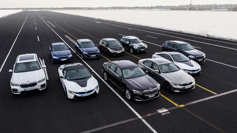 BMW  Gleichwohl sich BMW mit dem i3 und dem futuristischen i8-Sportwagen früh an E-Antriebeversuchte, starten die Münchner weniger entschlossen als VW in die nächste Runde der E-Mobilität. Auch die Bayern setzen auf klingende Baukästen wie Clar-We (Cluster-Architektur für Hinterradantrieb) und Faar-We (Cluster-Architektur für Frontantrieb) doch hier endet schon die Gemeinsamkeit mit den Wolfsburgern. Nach den mäßigenVerkaufszahlen des i3 möchte man in Bayern lieber flexibel bleiben. So lassen sich mit dem BMW-Baukastensystem Autos mit jedwedem Antrieb konstruieren und produzieren – vom Verbrenner über Hybride bis zum reinen E-Motor. Bis 2021 soll es neben dem Mini Coopers Electric noch den SUV ix3, den viertürigen Tesla-Herausforderer i4 und den BMW iNext als reine Stromer geben. Der elektrische SUV wird in China, der i4 in Deutschland gebaut. Mit dem iNext nimmt BMW dann die Oberklasse in Angriff.Neben einer Reichweite von 600 Kilometern wird das Spitzenmodell auch alle modernden Gimmicks an Bord haben, darunter auch autonomes Fahren auf der Autobahn.