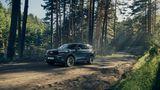 """Ford  In Sachen Elektromobilität ist Ford eher """"keine Idee weiter"""", sondern vergleichsweise gemächlich unterwegs. Bis 2022 sollen zwar rund elf Milliarden US-Doller in die Umstellung der Produktion auf E-Antriebe investiert werden, doch im ersten Schritt wird der Konzern erst einmal auf die Elektrifizierung der Fahrzeugflotte mit Hybrid-Antrieben setzen. Das heißt dem Verbrennungsmotor im Mondeo, Focus oder Kuga wird ein kleiner E-Motor unterstützend zu Seite gestellt. Entweder als """"Mild Hybrid""""bei dem der E-Motor dem Verbrenner wie ein Turbolader zur Seite springt und damit den Spritverbrauch senkt. Oder als """"Plug-In-Hybrid""""bei dem der Akku des Elektromotors am Stromnetz aufgeladen wird. Um das erste vollwertige E-Auto macht Ford noch ein großes Marketing-Geheimnis. Der in Mexiko gefertigte Crossover-SUV soll optisch dem Erfolgsmodell Mustang angelehnt sein. Auch sonst setzt Ford bei den E-Antrieben auf kernige Offroader und hat sich an der auf Elektro-Geländewagen spezialisierten US-Firma Rivian beteiligt. In Deutschland loten Ford und Volkswagen derzeit eine mögliche Zusammenarbeit bei Elektrofahrzeugen aus."""