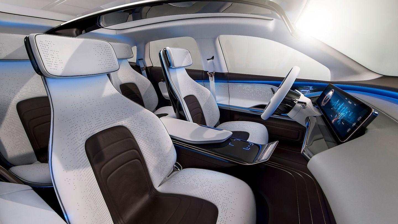 """Mercedes  Mit Stromern hatte Mercedes bisher nur am Rande zu tun.Nun sollen rund zehn Milliarden Euroin die Entwicklung der Elektromobilität fließen. Bis 2022 soll das komplette Angebot unter dem Label EQ – """"Intelligente Elektromobilität""""elektrifiziert sein. Dabei denken die Stuttgarter die EQ-Marke als komplettes Ökosystem mit einer Wertschöpfungskette vom Fahrzeug über Dienstleistungen, Ladestationen bis hin zum passenden Energiespeicher für das Eigenheim. Die neue Autogeneration wird auf einem eigens für die Elektromobilität geschaffenen Baukastensystem entwickeln: EVA - Electric Vehicle Architecture. Durch den Wegfall derfür den Verbrenner notwendigen Bauteile sei einevöllig neue Formensprache möglich, hieß es.Für die künftigen Modelle der EQ-Familie schwebt den Schwaben eine""""Elektro-Ästhetik"""" vorm mit einemsehr coolen, futuristischen Look. Bereits heute zeigt sich Mercedes im Design viel mutiger als die Mitbewerber.  Der Schwenk auf alternative Motoren hat auch intern Konsequenzen. Alles, was mit Stromantrieben zu tun wird künftig in der E-Mobility Group gebündelt. Die Gruppe soll sich nicht nur mit Akkus beschäftigen, sondern auch die Entwicklungen bei Wasserstoffantrieben und Hybrid-Fahrzeugen vorantreiben. Dem Benzinhahn zugedreht wurde bereits der Marke Smart. Ab kommenden Jahres gibt es den Stadtflitzer nur noch als E-Auto. Der e-Smart Fortwo EQ zählte 2018 zu den meisten verkaufen E-Autos in Deutschland."""
