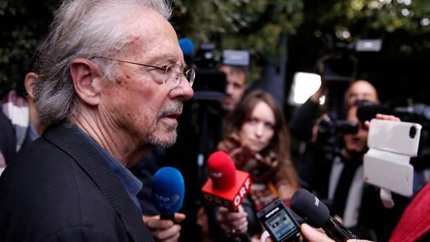 Peter Handke gibt nach der Bekanntgabe der Akademie eine Pressekonferenz in seiner Wahlheimat Chaville bei Paris.