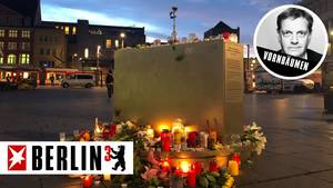 Blumen und Kerzen liegen nach dem Angriff auf die Synagoge in Halle mit zwei Toten am Vortag am Geoskop auf dem Marktplatz