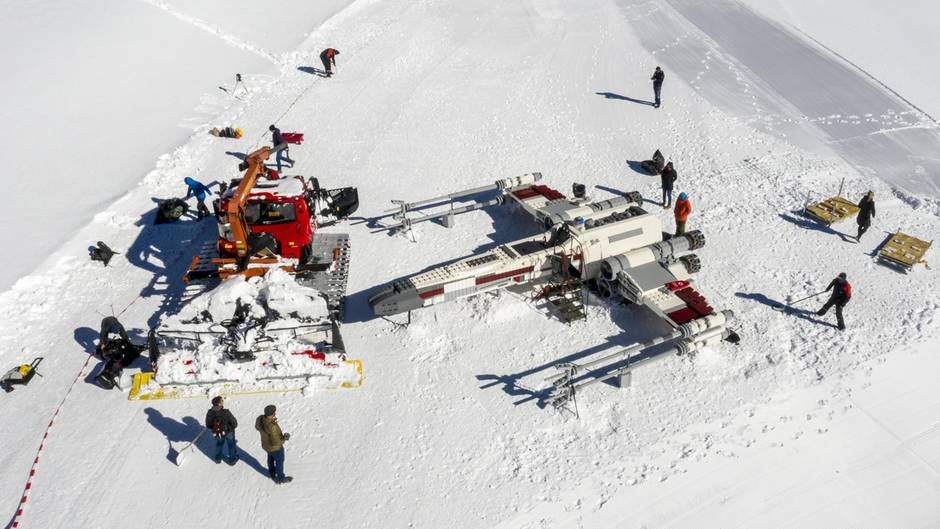 """Ein """"X-Wing-Flieger""""steht auf dem Schweizer Jungfraujochin 3400 Metern Höhe."""