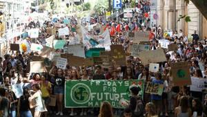 Teilnehmer einer Demonstration halten Transparente und Plakate mit Aufschriften ihrer Forderungen
