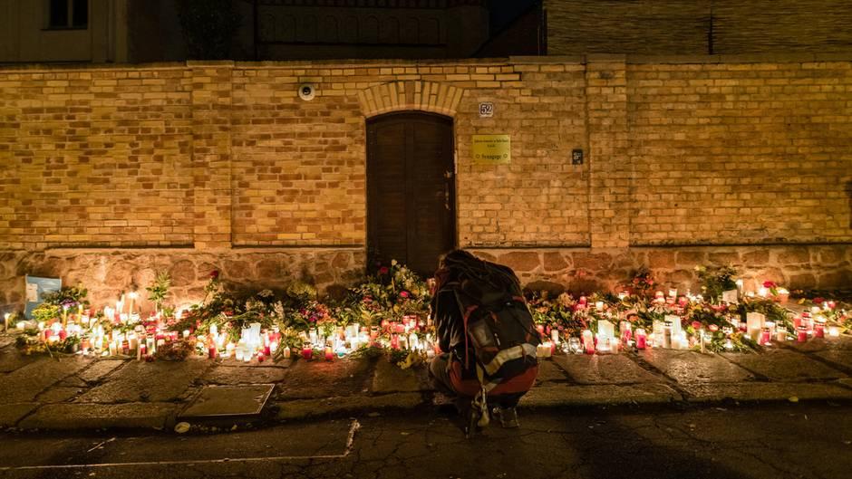 Diese Tür der Synagoge in Halle hielt dem Angriff stand