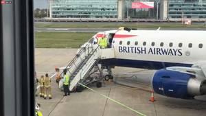Ein Mann auf dem Dach eines Flugzeuges am Londoner City-Airport. Der Flug 8453 von British Airways nach Amsterdam wurde gestrichen.