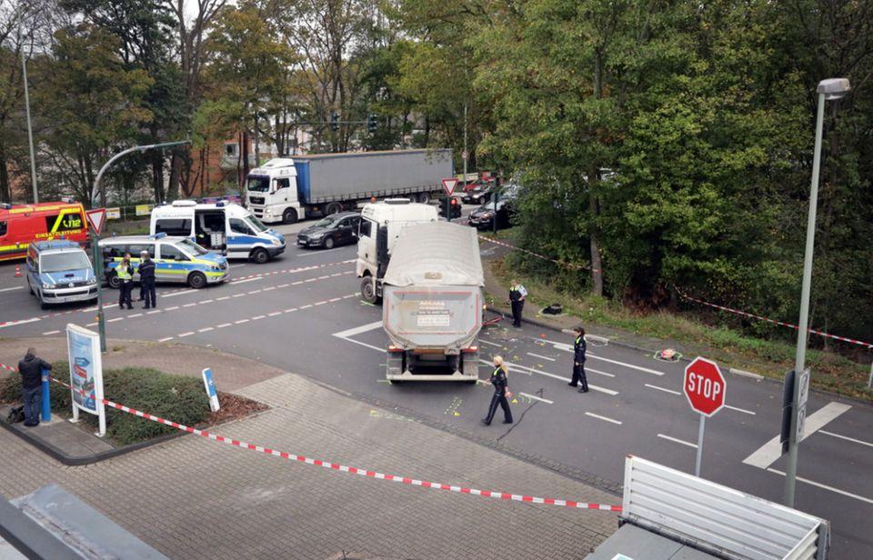 Nachrichten aus Deutschland – Unglücks-Lkw steht auf der abgesperrten Kreuzung